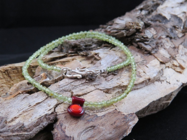 Glasperle rotes Amulett mit Peridot