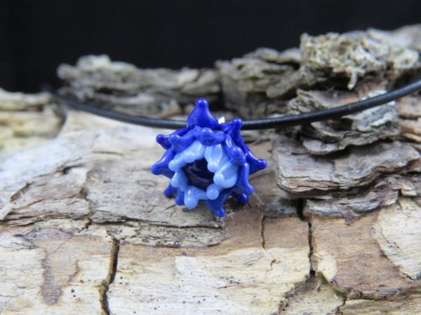 Blaue Blüte mit Antilopenlederband