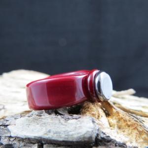 Roter Glasring mit platten Platinpunkt