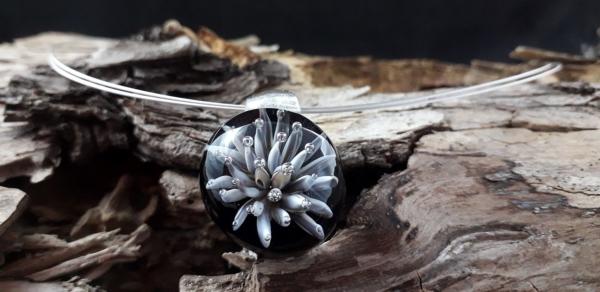 Weiße Implosionsblüte mit versilbertem Stahlseil