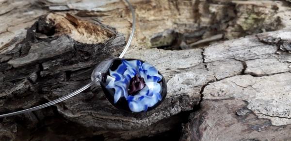 Blaue Implosionsblüte mit versilbertem Stahlseil