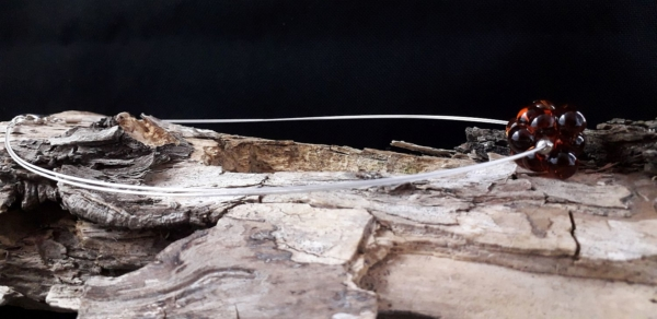 Tropfenperle mit versilbertem Stahlseil