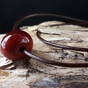 braune Perle mit Antilopenlederband