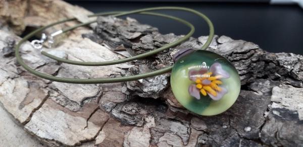 Lila Implosionsblüte mit Antilopenlederband